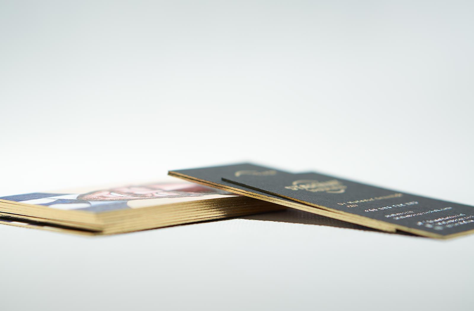 Czarne wizytówki złocone krawędzie