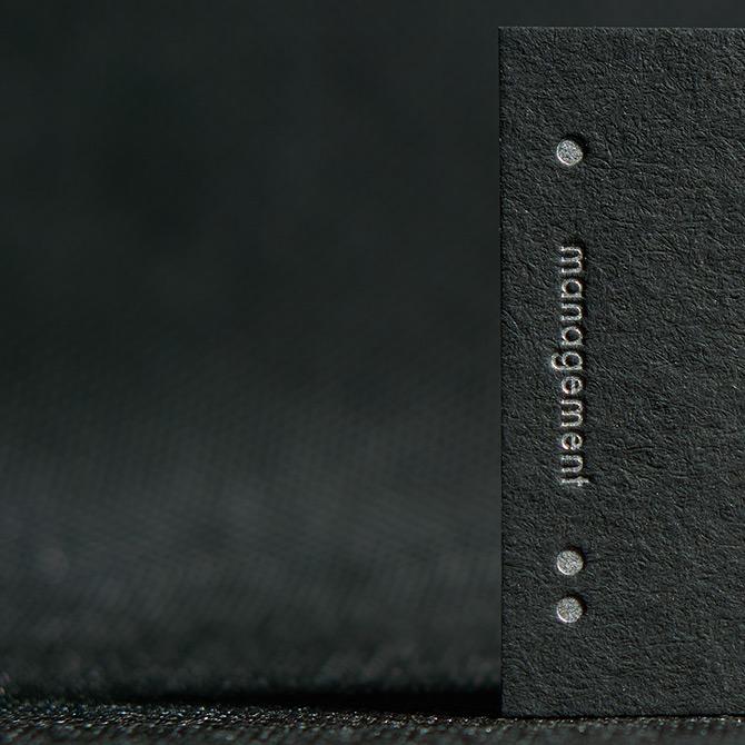 tłoczenie w czarnym papierze