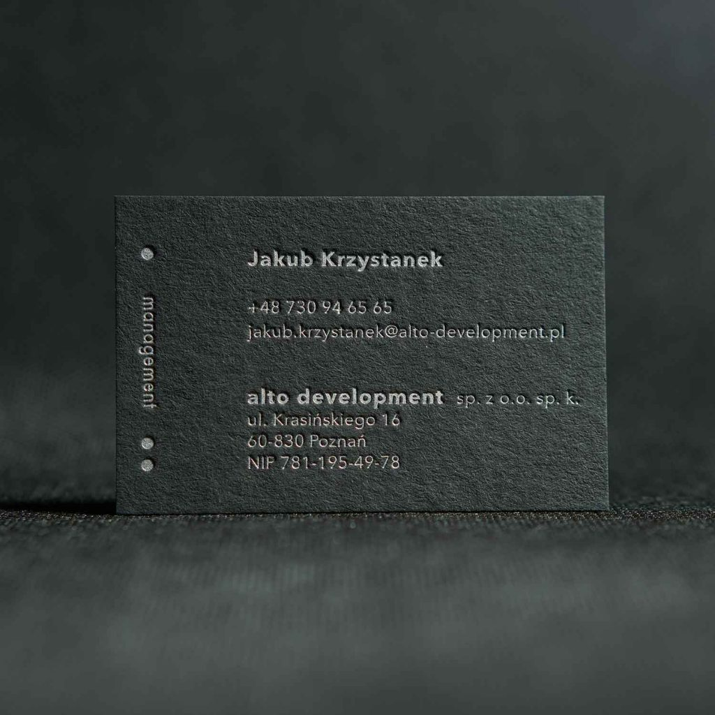 czarna wizytówka ze srebrną farbą